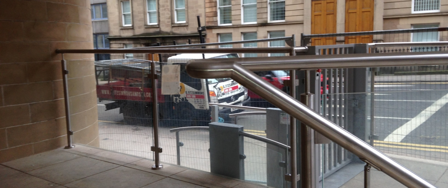 Exterior stainless steel banister with glass balustrade